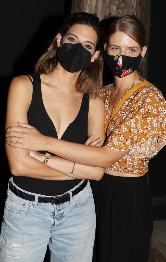 Η Χριστίνα Χειλά Φαμέλη και η Δανάη Μιχαλάκη μετά το τέλος της παράστασης