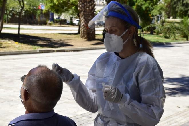 Υγειονομικός πραγματοποιεί rapid test για τον κορωνοϊό σε ένα κύριο