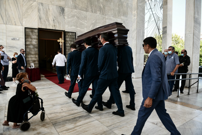 Κηδεία Τόλη Βοσκόπουλου: Το τελευταίο αντίο στον «πρίγκιπα»
