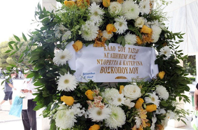 Στεφάνια για την κηδεία του Τόλη Βοσκόπουλου