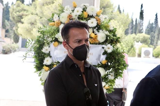 Ο Πέτρος Ίμβριος ντυμένος στα μαύραστην κηδεία του Τόλη Βοσκόπουλου