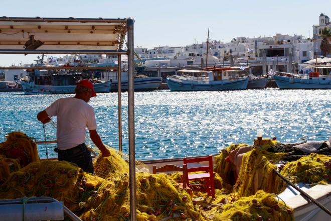 Ψαράς στο λιμάνι της Νάουσας- φωτογραφία από unsplash