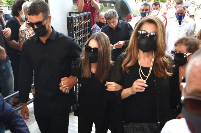 Άντζελα Γκερέκου και η κόρη της, Μαρία Βοσκοπούλου στην κηδεία του Τόλη Βοσκόπουλου