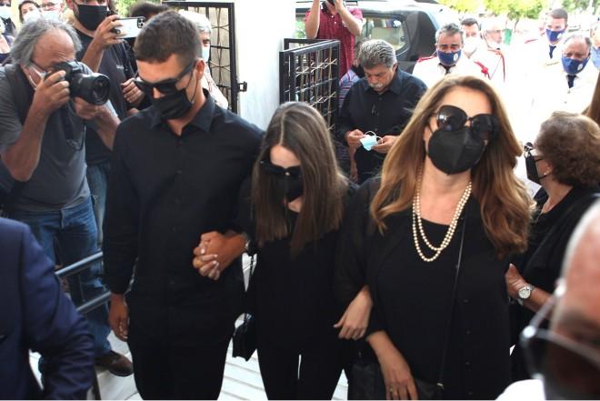 Η Άντζελα Γκερέκου και η κόρη της, Μαρία Βοσκοπούλου ντυμένες στα μαύρα στην κηδεία του Τόλη Βοσκόπουλου / Φωτογραφία NDP