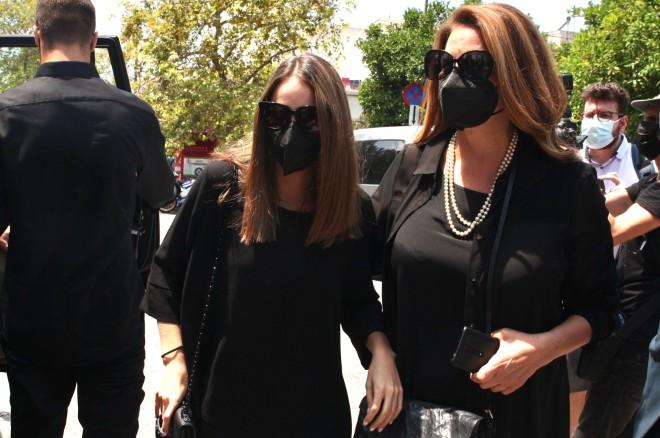 Η Άντζελα Γκερέκου και η κόρη της, Μαρία Βοσκοπούλουέφτασαν στο νεκροταφείο/ Φωτογραφία NDP