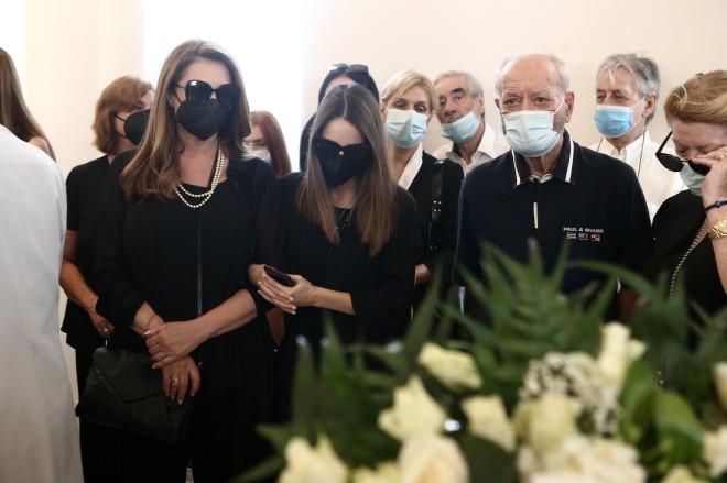 Η σύζυγος και η κόρη του «πρίγκιπα» του λαϊκού τραγουδιού βρέθηκαν στο Α' Νεκροταφείο για να αποχαιρετήσουν για τελευταία φορά τον άνθρωπό τους. Η μία κρατούσε το χέρι της άλλης.
