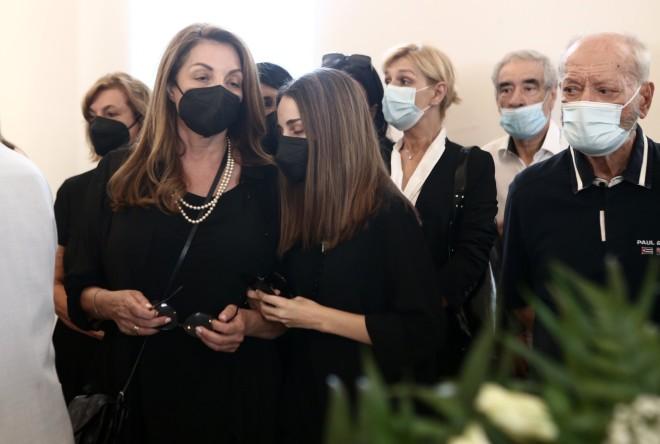 Άντζελα Γκερέκου - Μαρία Βοσκοπούλου στην κηδεία του Βοσκόπουλου