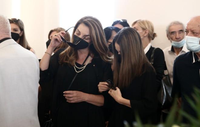 η σύζυγός του, Άντζελα Γκερέκου και η κόρη του Μαρία στην κηδεία του Τόλη Βοσκόπουλου
