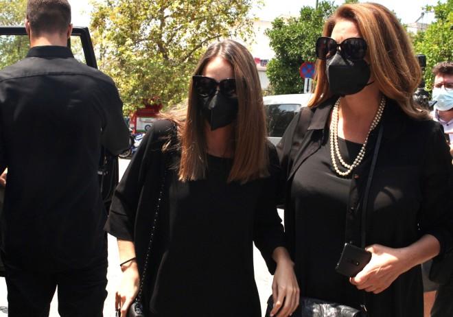 Υποβασταζόμενες η Άντζελα Γκερέλου και η κόρη τους, Μαρία Βοσκοπούλου /φωτογραφία NDP