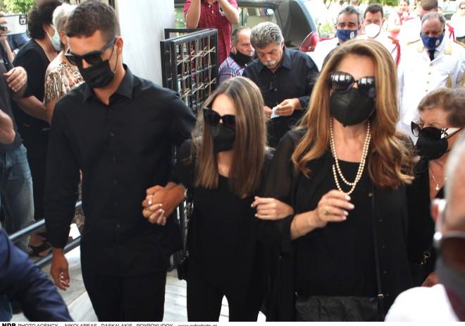 Η σύζυγος και η κόρη του Τόλη Βοσκόπουλου πενθούν για την απωλεια του δικού τους πρίγκιπα/ φωτογραφία NDP