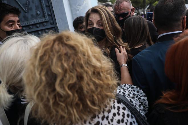 Η Άντζελα Γκερέκου στην κηδεία Βοσκόπουλου