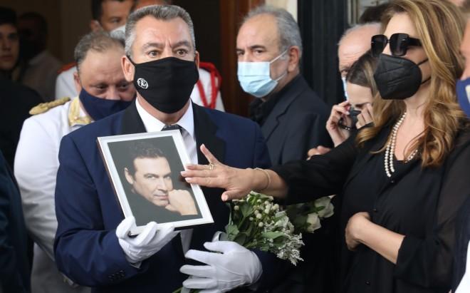 Κηδεία Τόλη Βοσκόπουλου: Η στιγμή που η Γκερέκου τον αποχαιρετά με ένα χάδι