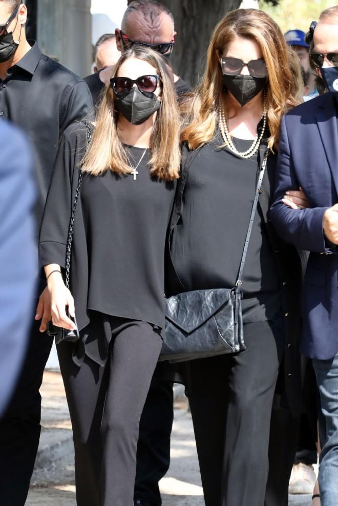 Συντετριμμένες έφθασαν στο Α' Νεκροταφείο Αθηνών οι δυο γυναίκες της ζωής του, η κόρη του, Μαρία Βοσκοπούλου, με τη μητέρα της Άντζελα Γκερέκου!