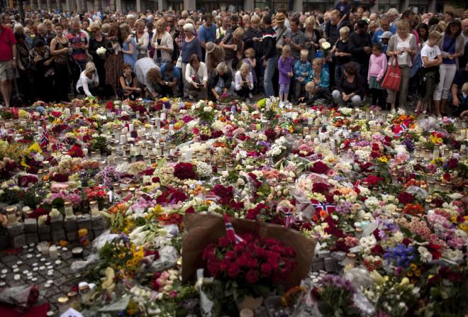 Κεριά και λουλούδια για τα θύματα του μακελάρη του Όσλο