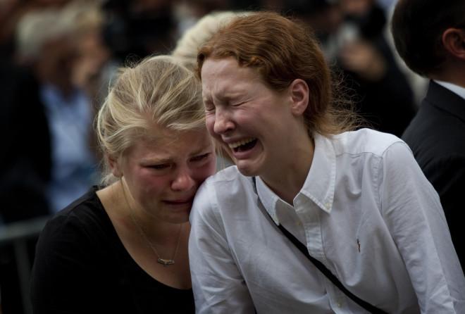 Συγγενείς θυμάτων του μακελάρη του Όσλο κλαίνε