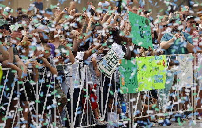 Οπαδοί στους δρόμους του Μιλγουόκι για να πανηγυρίσουν τη νίκη στο πρωτάθλημα του ΝΒΑ- φωτογραφία ΑΡ
