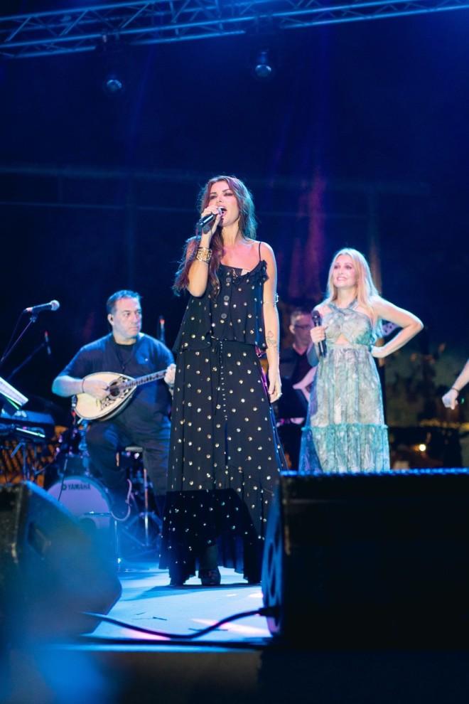Η Νίνα Λοτσάρη αφιερώνει ένα τραγούδι στη καλή της φίλη Αλεξάνδρα Λοΐζου-Παναγιώτου από τη σκηνή της δεξίωσης