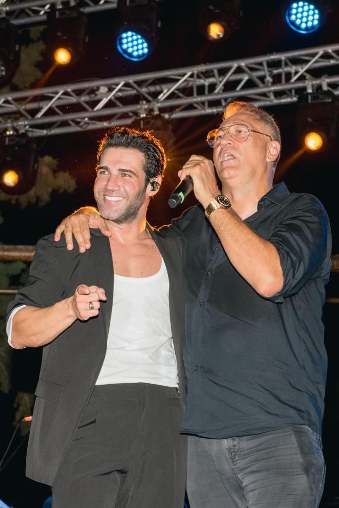 Ο Πέτρος Ιακωβίδης και ο Γιώργος Ντάβλας στη σκηνή της δεξίωσης.