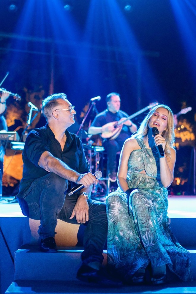 Ο Γιώργος Ντάβλας τραγουδά στη σκηνή στο πλάι της Νατάσσας Θεοδωρίδου