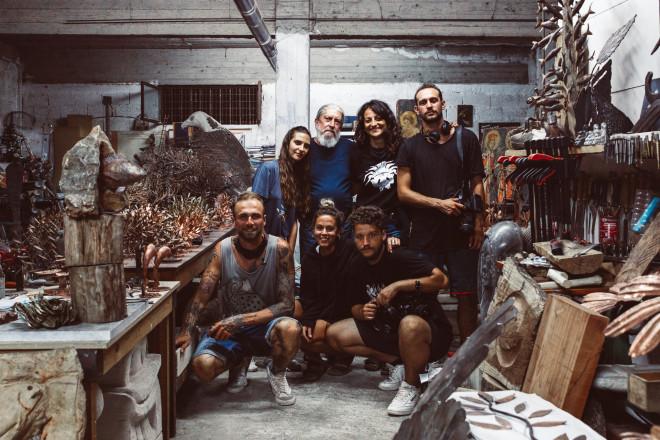Η συνάντηση με τον Μανώλη Χαρούλη, γνωστό για τις ιδιαίτερες κατασκευές από επαναχρησιμοποιημένα μέταλλα.