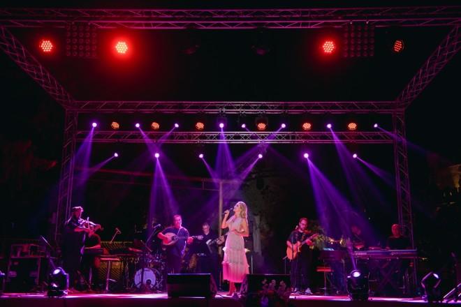 Τη διασκέδαση των καλεσμένων είχε αναλάβει η αγαπημένη τραγουδίστρια Νατάσσα Θεοδωρίδου