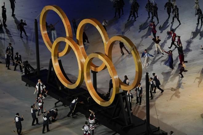 Χορευτικό μπροστά από τους κύκλους των Ολυμπιακών Αγώνων- φωτογραφία ΑΡ