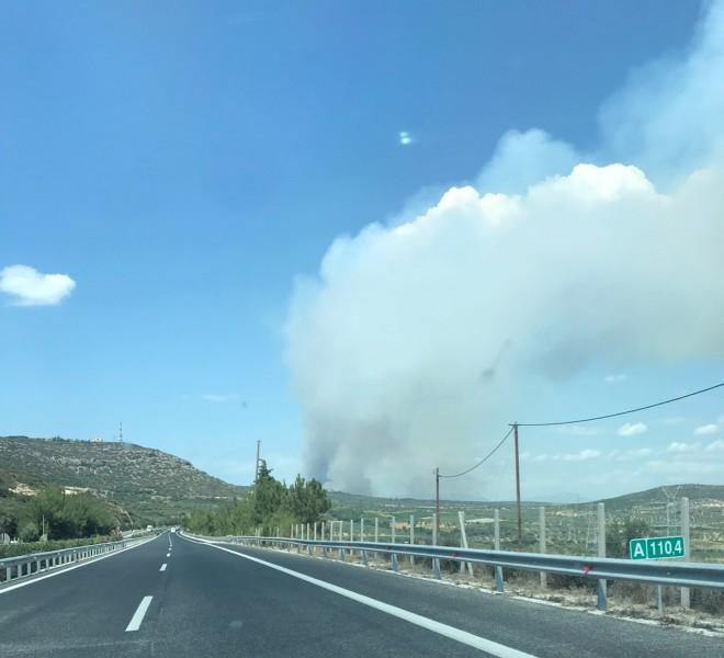 Ορατοί οι καπνοί της φωτιάς στο Καλέντζι Κορινθίας από τους οδηγούς που κυκλοφορουν στον αυτοκινητόδρομο