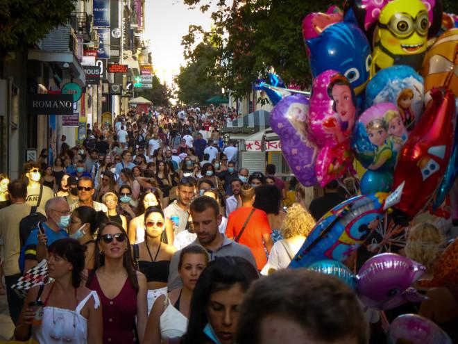 Γέμισε ο δρόμος της Ερμού από κόσμο που βγήκε για βόλτα και ψώνια, χωρίς όμως να τηρούνται οι απαραίτητες αποστάσεις λόγω κορωνοϊού