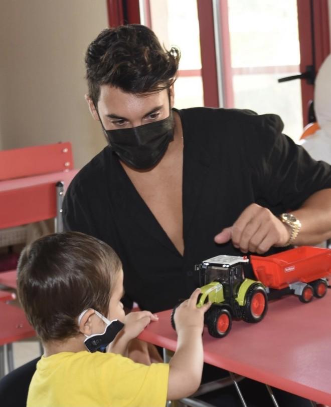 Ο Γιώργος Ασημακόπουλος παίζει με ένα από τα παιδάκια του ιδρύματος ΣΤΟΡΓΗ