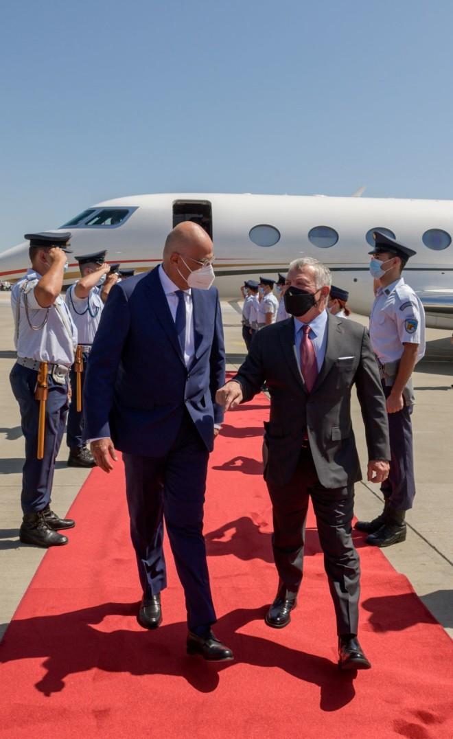 Ο ΥΠΕΞ Ν. Δένδιας υποδέχεται τον Βασιλιά της Ιορδανίας στο αεροδρόμιο Ελευθέριος Βενιζέλος