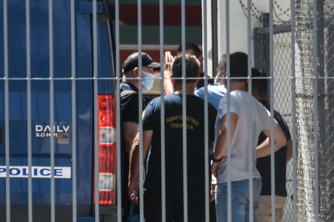 Η άφιξη του Πέτρου Φιλιππίδη στις φυλακές Τρίπολης