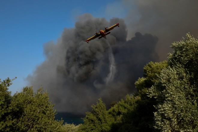 Πυροσβεστικό αεροσκάφος επιχειρεί στη Ζήρια Αιγιαλείας