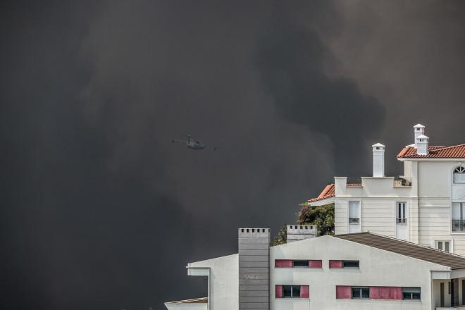 Πυκνός μάυροςκαπνός έχει καλύψει τον ουρανό στη Βαρυμπόμπη- φωτογραφία Eurokinissi