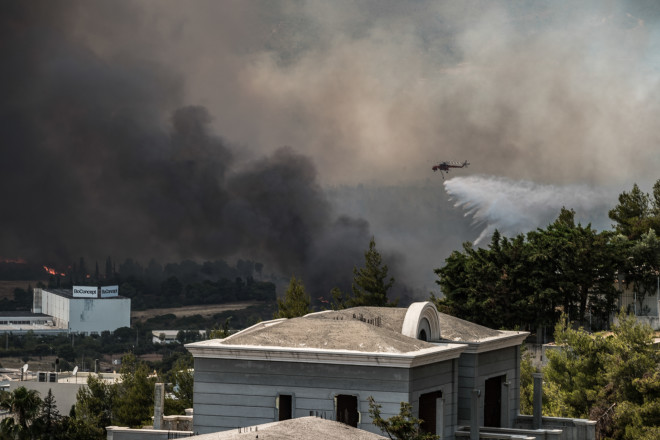 Eναέριες δυνάμεις επιχειρούν στη φωτιά που ξέσπασε στη Βαρυμπόμπή- φωτογραφία Eurokinissi