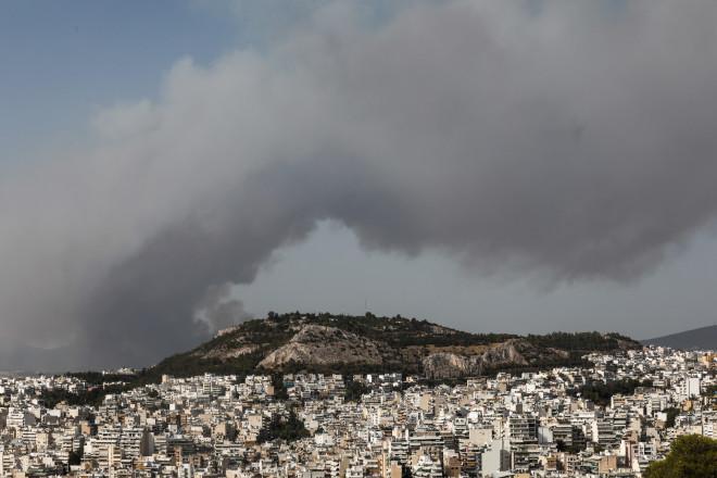 Η φωτιά της Βαρυμπόμπης όπως φαίνεται από τον λόφο του Λυκαβηττού-φωτογραφία Eurokinissi