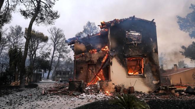 Σπίτι τυλίχθηκε στις φλόγες στη Βαρυμπόμπη- φωτογραφία Eurokinissi