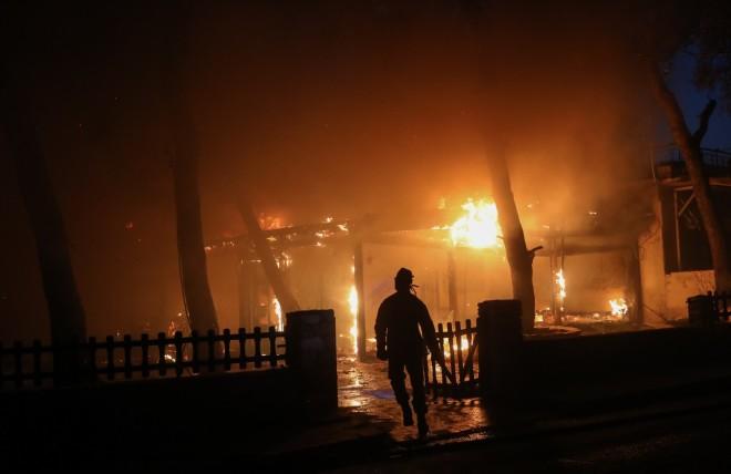 Οίκημα τυλίχθηκε στις φλόγες στη Βαρυμπόμπη-φωτογραφία Eurokinissi