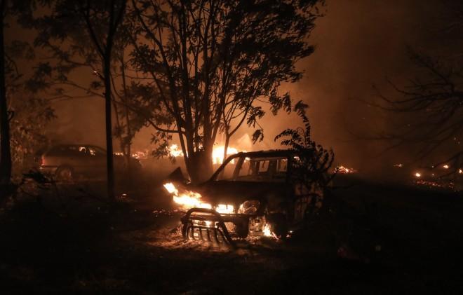 Κάηκαν αυτοκίνητα από τη φωτιά στη Βαρυμπόμπη-φωτογραφία Eurokinissi