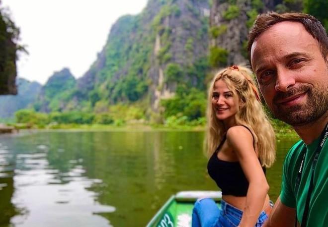 Ο Γιώργος Λιανός και η Κωνσταντίνα Καραλέξη σε ταξίδι τους στο Βιετνάμ / Πηγή φωτογραφίας: Instagram