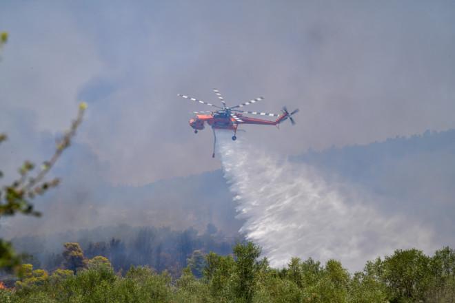 Εναέρια μέσα επιχειρούν στην κατάσβεση της φωτιάς στην αρχαία Ολυμπία- φωτογραφία Eurokinissi