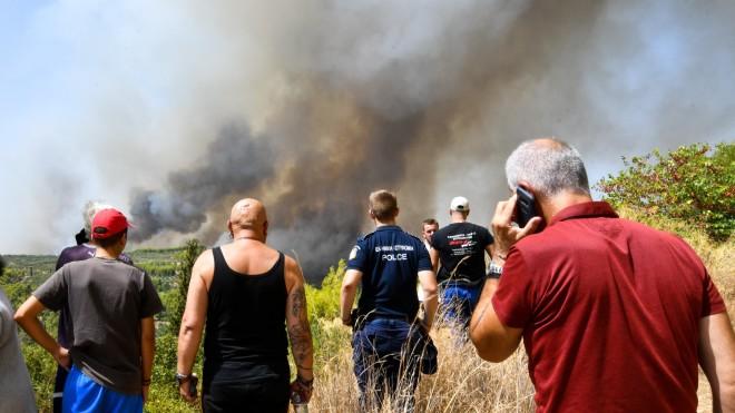 Έντρομοι οι κάτοικοι παρακολουθούν τον καπνό να πλησιάζει-φωτογραφία Eurokinissi