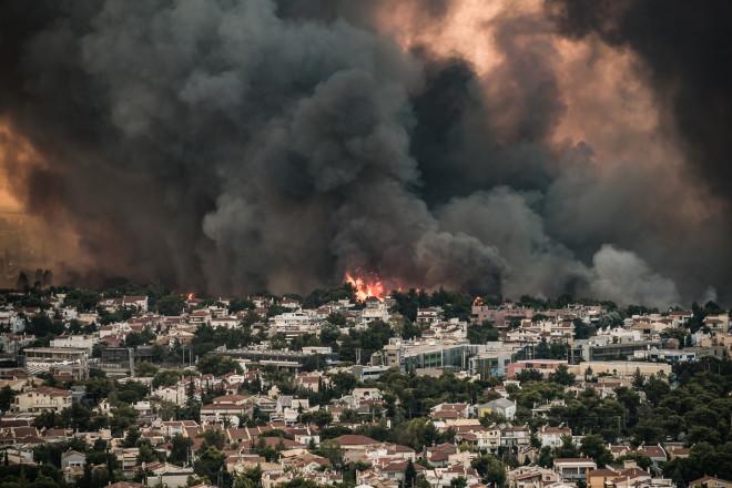 Στιγμιότυπο από το πύρινο μέτωπο στη Βαρυμπόμπη- φωτογραφία Eurokinissi