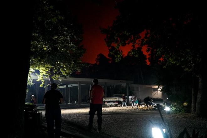 Οι φλόγες όπως φαίνονται πίσω από το αρχαιολογικό μουσείο - φωτογραφία Eurokinissi