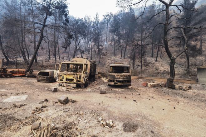 Καμμένα οχήματα από τη φωτιά στις Ροβιές- φωτογραφία Eurokinissi