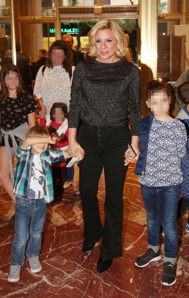 Αρίωνας Κατσούλης-Κατερίνα Καραβάτου-Αέλια Κατσούλη σε παλαιότερη έξοδό τους στο θέατρο/ φωτογραφία NDP