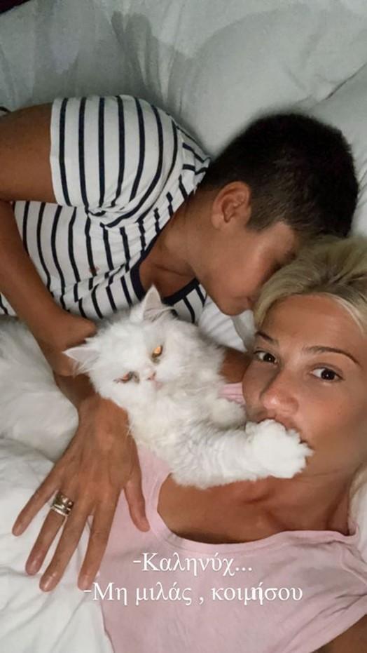 Η selfie της Σκορδά με τον γιο της στο κρεβάτι