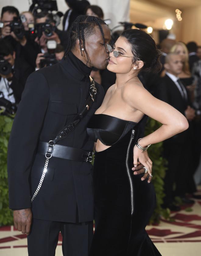 Τρισευτυχισμένοι είναι η Kylie Jenner και ο αγαπημένος της Travis Scott καθώς περιμένουν το δεύτερο παιδί τους