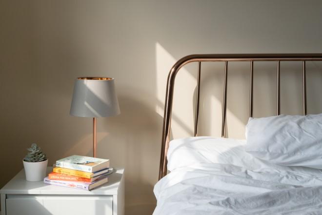 κομοδίνο δίπλα σε κρεβάτι