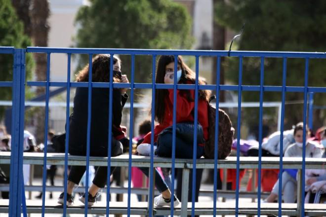 Μαθητές στον προαύλιο χώρο σχολείου