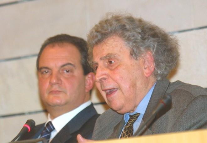 Ο Μίκης Θεοδωράκης με τον Κώστα Καραμανλή στην παρουσίαση του βιβλίου Άξιος Εστί